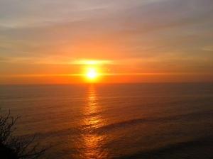sunset indah di atas tebing Uluwatu