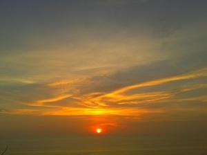matahari merah yang mau tenggelam