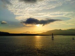 Sunrise dengan latar pegunungan di Bali