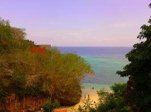 Pantai dilihat dari samping pura kecil