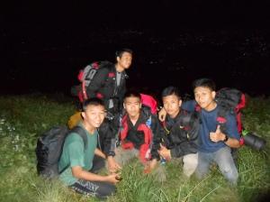 perjalanan malam mendaki | ki-ka: mas capid, presda, majid, fuad, rijal