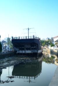 Replika perahu di depan Sam Po Kong