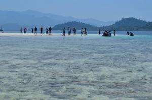 Wisatawan di Pulau Kelagian Kecil