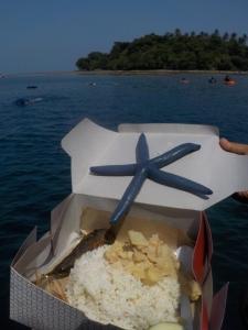 Makan siang ditemani bintang laut :p