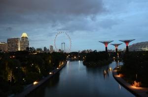 Dari jembatan juga keliatan Singapore flyer