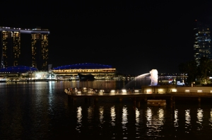 Merlion sama MBS di malam hari