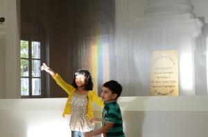 Dek dek, lihat pelangi tuh (di dalam museum)