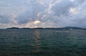 Sunset terakhir malah mendung :)
