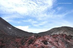 ini tanahnya ada yang warna merah maroon