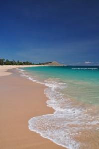 pantainya benar-benar sepi dan bersih