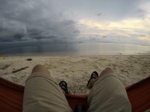 yang beginian emang enak lho, suasana pantai yang gak panas dengan view mendung dan cerah