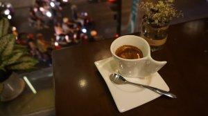 gelasnya kecil imut, harganya sesuatu, ini kopi campuran berbagai jenis kopi rasanya pahit aja :D