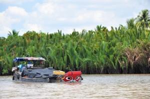 salah satu perahu yang berpapasan di kali Mekong